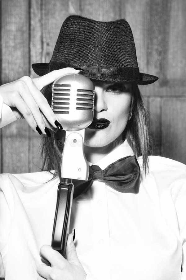 Gezichtsmeisje voor tijdschriftdekking Het portret van het meisjesgezicht in uw advertisnent Het Retro vrouw zingen in microfoon stock foto
