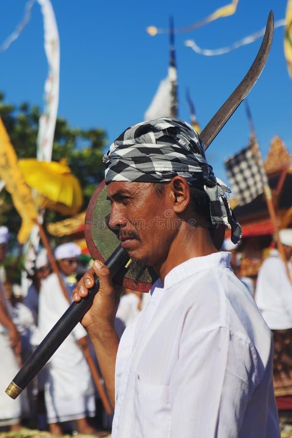 Gezichtsportret van de Balinese mens met traditioneel zwaard royalty-vrije stock foto
