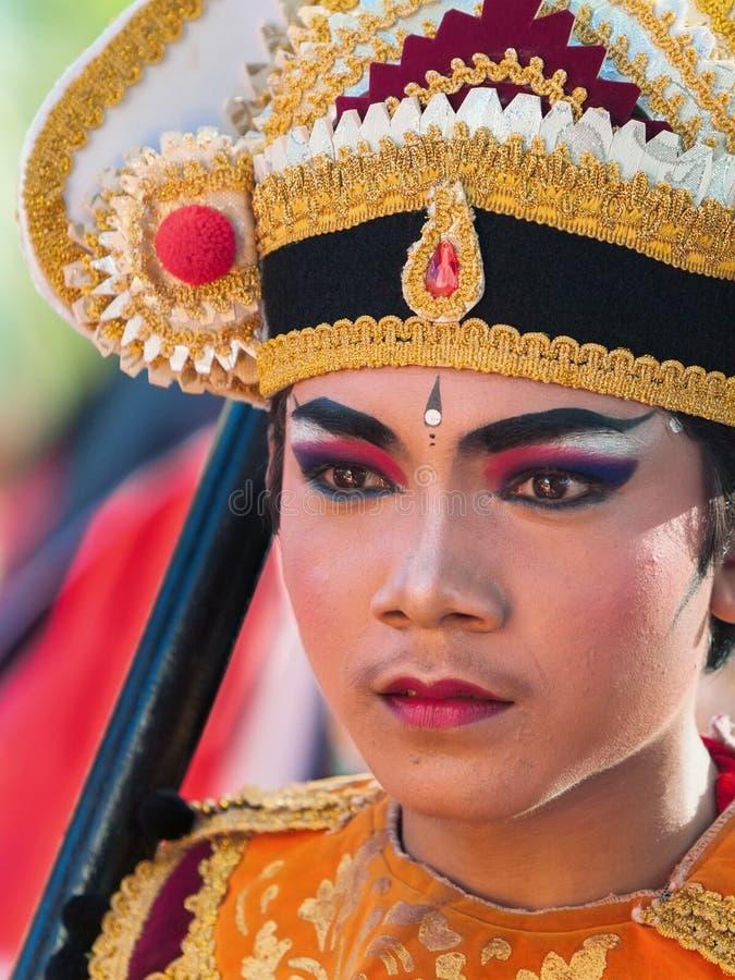Gezichtsportret van jonge Balinese danser in ritueel kostuum stock foto