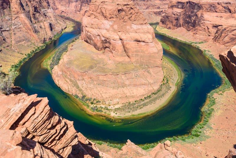 Gezichtspunt bij HoefijzerdieKromming - Grand Canyon met de Rivier van Colorado - in Pagina, Arizona - Verenigde Staten wordt gev royalty-vrije stock fotografie