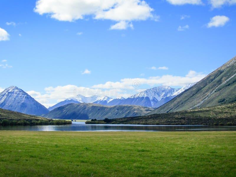 Gezichtspunt met het meer en de berg in Nieuw Zeeland stock foto