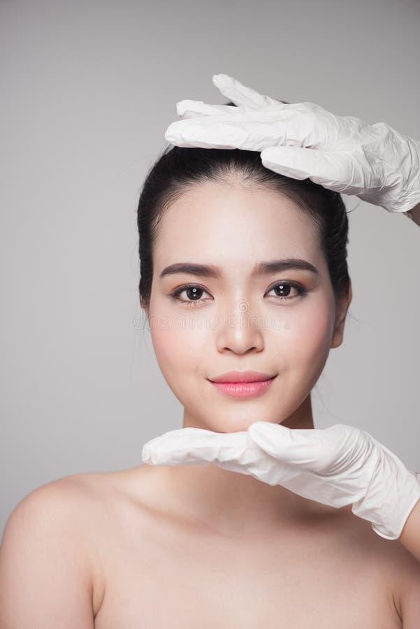 Gezichtsschoonheid Mooie Vrouw vóór Plastische chirurgieverrichting stock foto