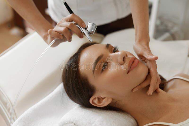 Gezichtsschoonheidsbehandeling Vrouw die de Schil van de Zuurstofhuid krijgen stock afbeelding