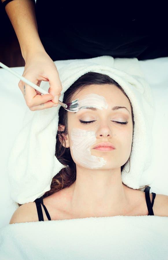 Gezichtsschoonheidsmasker voor jonge vrouw stock afbeelding