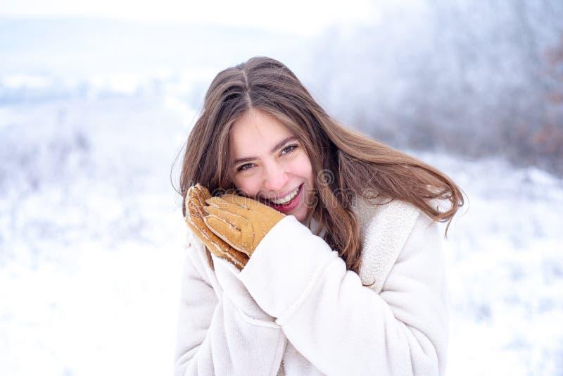 Gezichtszorg in de winter Gezond gezicht van een mooie vrouw moisturizing Gezichtszorg en het bevochtigen tijdens koude periode royalty-vrije stock foto's