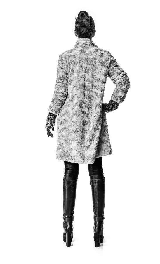 Gezien van achter modieuze vrouw in de winterlaag op wit royalty-vrije stock foto's