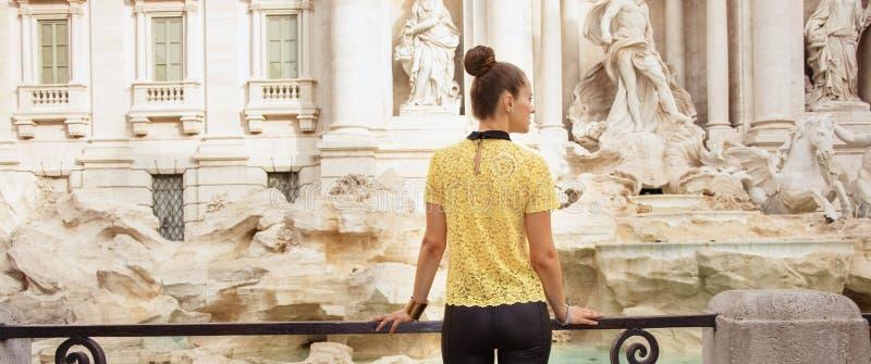 Gezien van achter modieuze vrouw in gele blouse in Rome, Italië stock fotografie