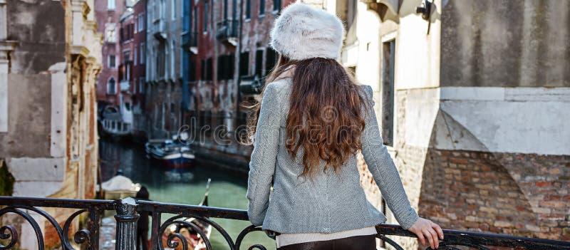 Gezien van achter toeristenvrouw in Venetië, Italië die excursie hebben stock afbeeldingen