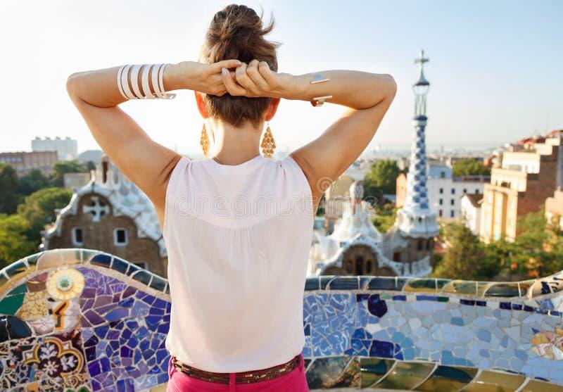 Gezien van achter vrouwentoerist sightseeing in Park Guell, Spanje royalty-vrije stock foto's