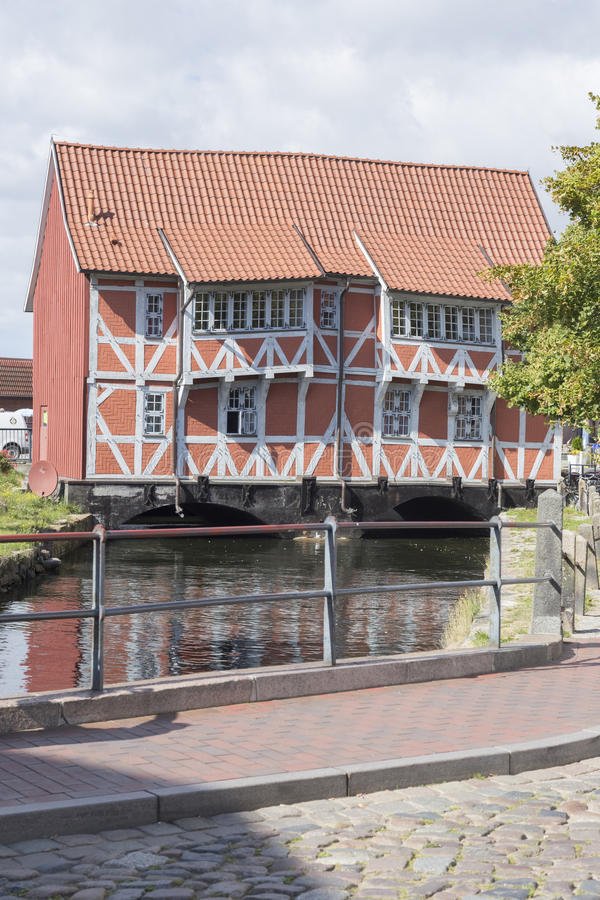 Gezimmertes Haus watermill lizenzfreie stockbilder