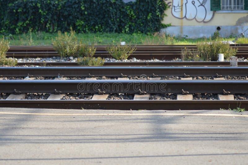 Gezoem op een spoorweg van Frankrijk, zuiden van Frankrijk stock foto's
