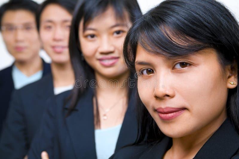 Gezoemd portret van jonge Aziatische eerstejaarsstudenten lineup stock afbeeldingen