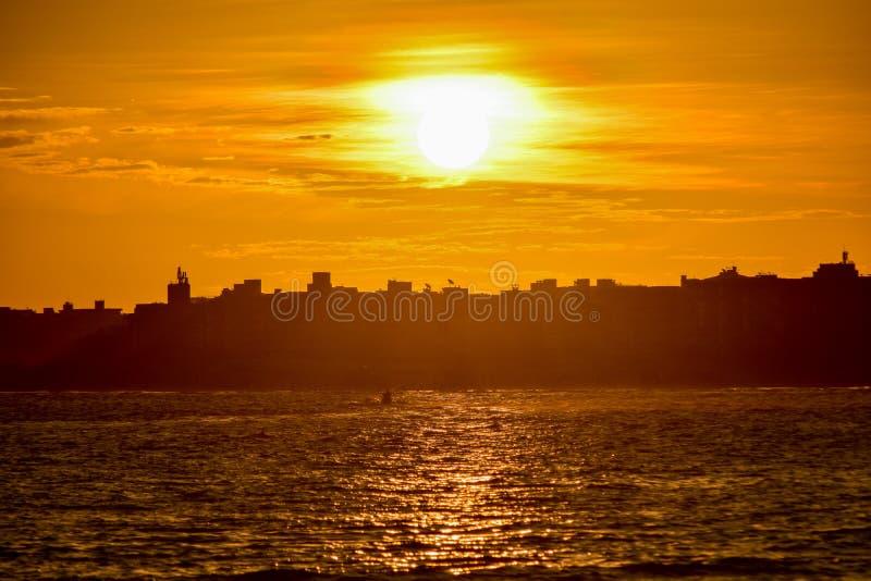 gezogene Silhouetten bei Sonnenuntergang stockbilder