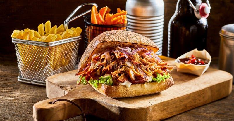 Gezogener Schweinefleischburger mit Pommes-Frites lizenzfreie stockbilder