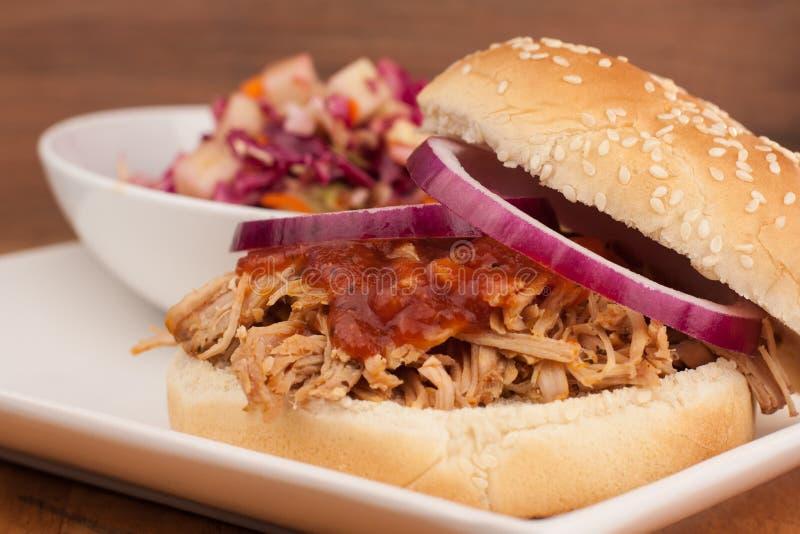 Gezogenes Schweinefleisch BBQ-Sandwich mit Apple Cole Slaw lizenzfreie stockfotos