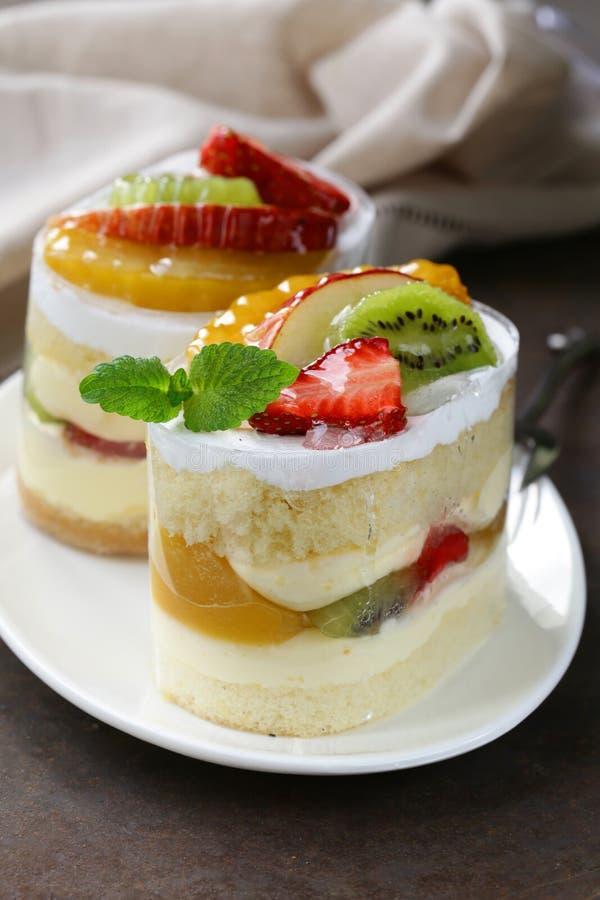 Gezond de zomerdessert met vers fruit, koekjes royalty-vrije stock afbeelding