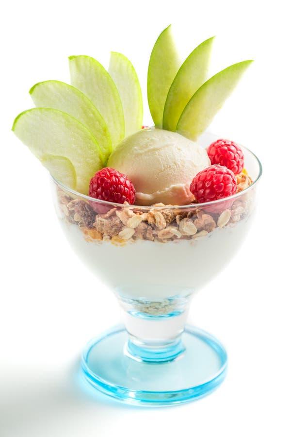 Gezond dessert met roomijs, framboos en muesli stock foto's