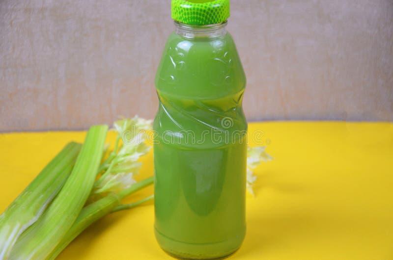 Gezond detoxsap in plastic flessen op zachte oranje achtergrond Kleurrijke flessen Gezonde organische drank verschillend stock afbeeldingen