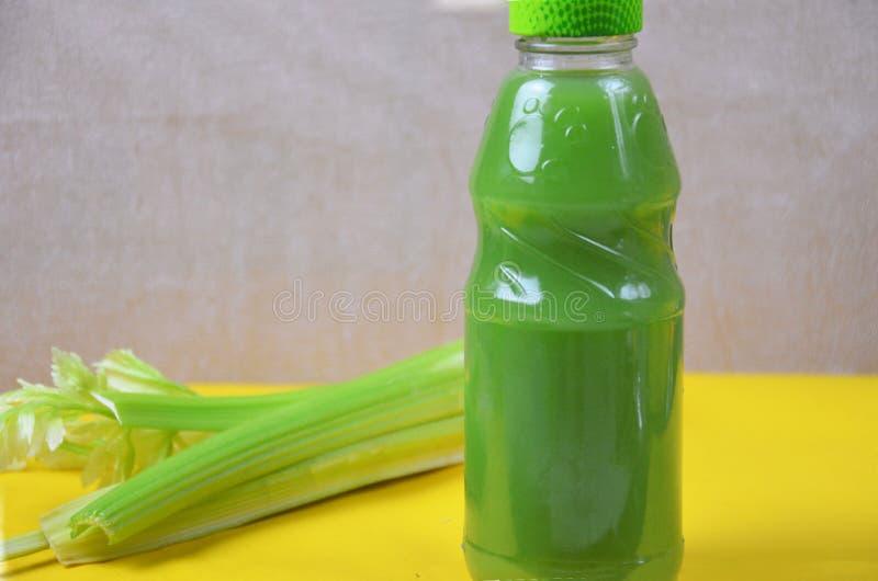 Gezond detoxsap in plastic flessen op zachte oranje achtergrond Kleurrijke flessen Gezonde organische drank verschillend royalty-vrije stock fotografie