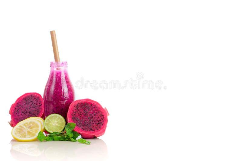 Gezond die draakvruchtensap in fles op witte achtergrond met gesneden fruit wordt geïsoleerd stock afbeelding