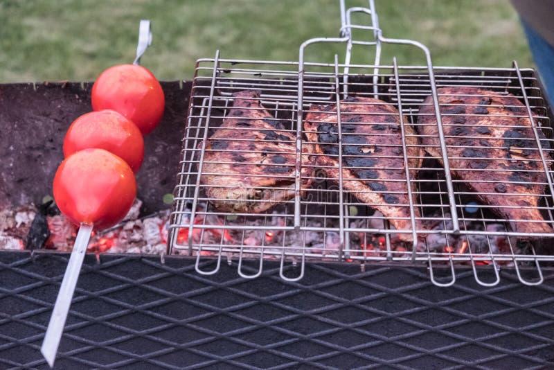 Gezond die voedsel op houtskool wordt gekookt stock fotografie