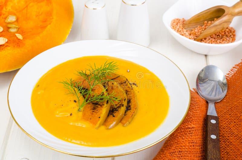 Gezond dieetvoedsel Roomsoep met linzen en pompoen stock afbeeldingen