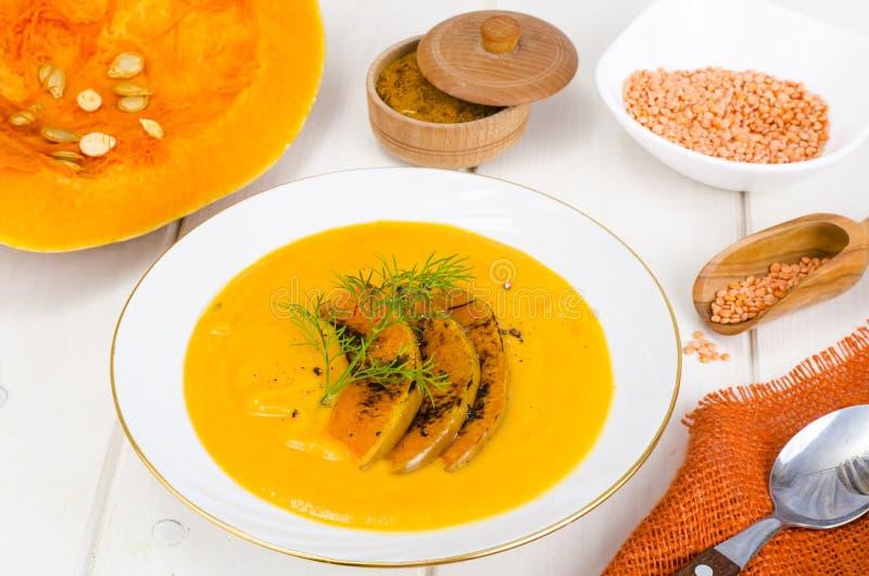 Gezond dieetvoedsel Roomsoep met linzen en pompoen royalty-vrije stock afbeeldingen
