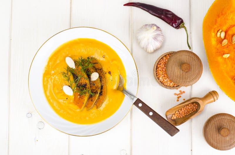 Gezond dieetvoedsel Roomsoep met linzen en pompoen stock afbeelding