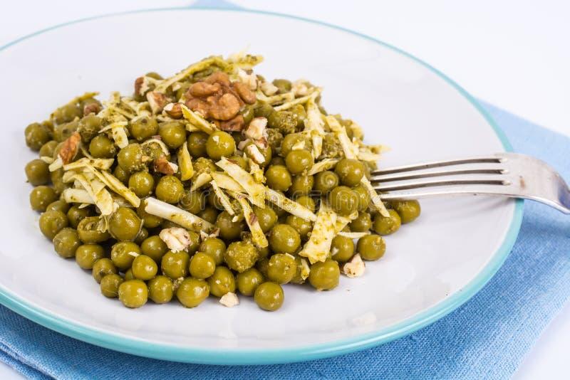 Gezond en dieetvoedsel zonder vlees: Groene erwten en kaas in pes stock foto's