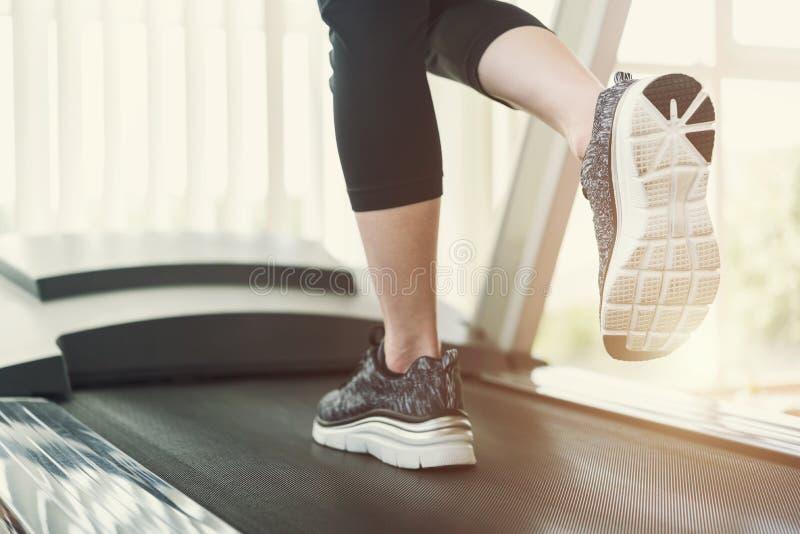 Gezond en geschiktheidsconcept Sportmensen die op tredmolen a lopen royalty-vrije stock afbeelding