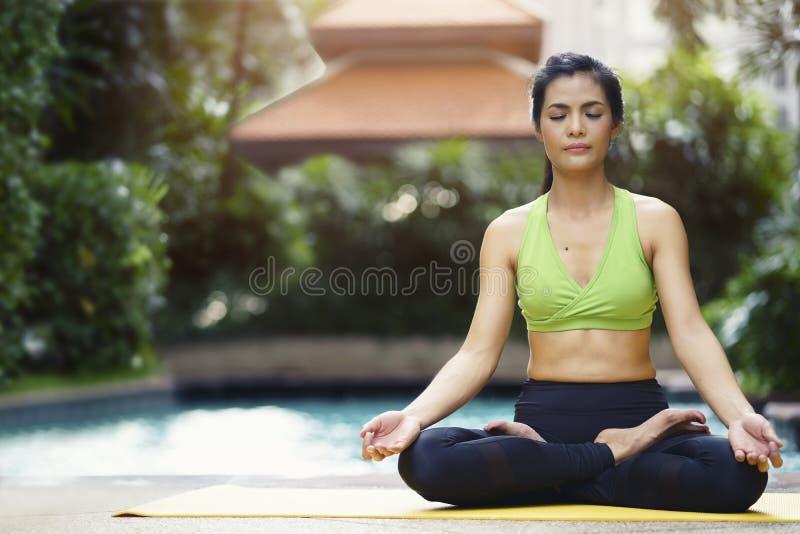Gezond en Ontspanningsconcept Vrouw het praktizeren de yoga stelt medit stock foto