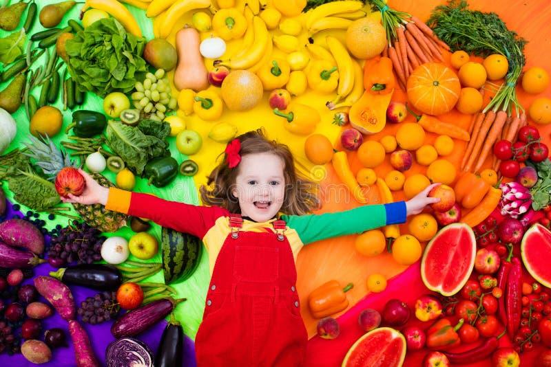 Gezond fruit en plantaardige voeding voor jonge geitjes stock foto's