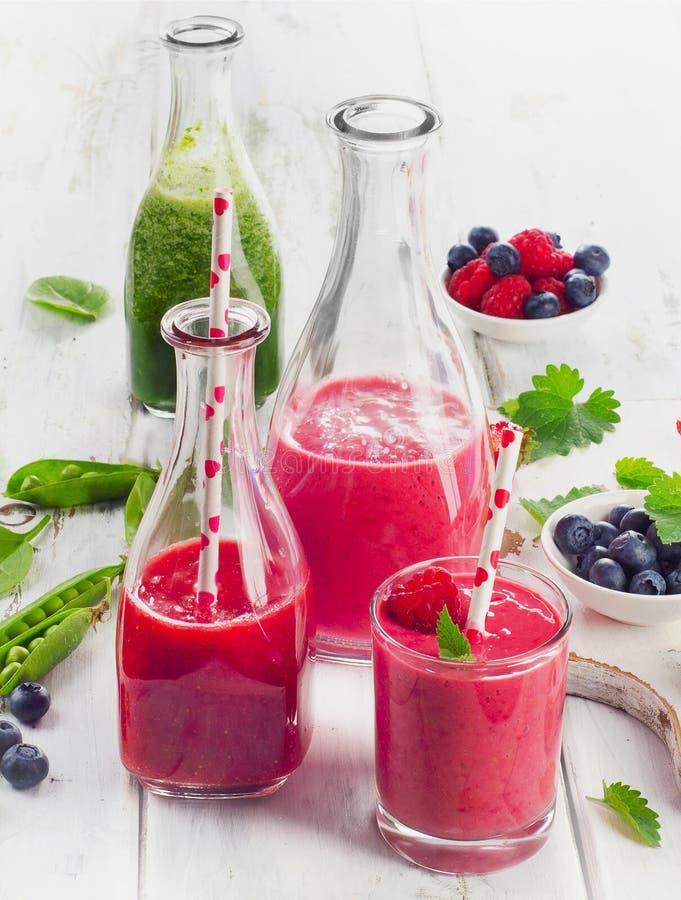 Gezond fruit smoothies in glasflessen stock afbeelding