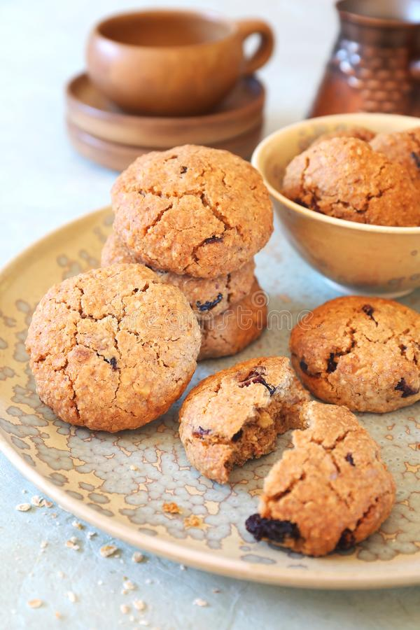 Gezond gebakje Eigengemaakte havermeelkoekjes met droge Amerikaanse veenbessen en koffie in cezve royalty-vrije stock foto's