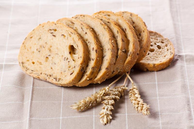 Download Gezond Geheel Korrel Gesneden Brood Met Zonnebloemzaden Op Bruin N Stock Afbeelding - Afbeelding bestaande uit achtergrond, frans: 29510887
