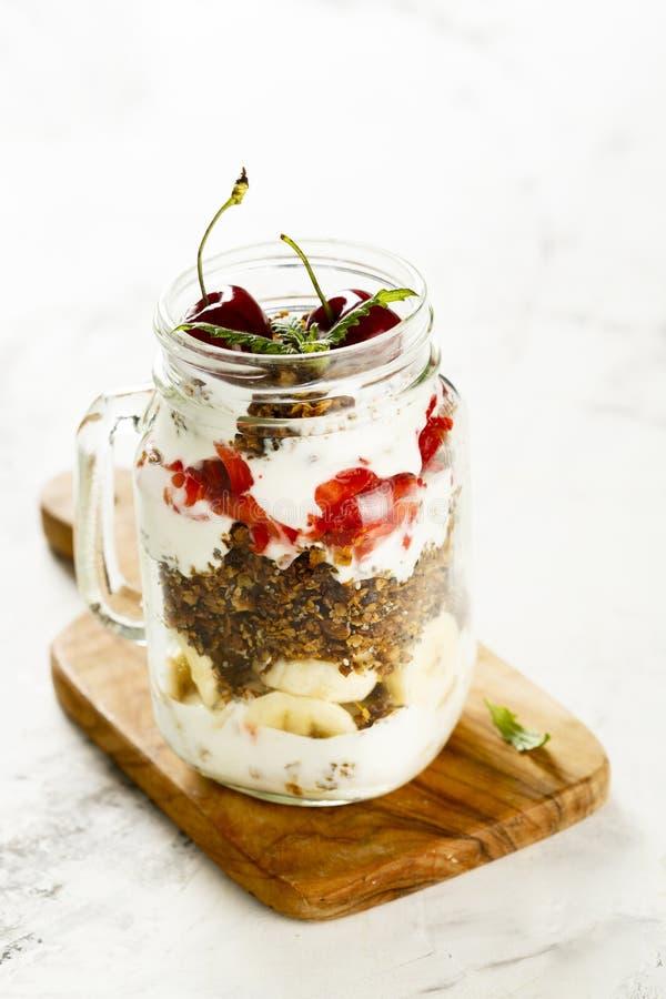 Gezond gelaagd dessert in de kruik royalty-vrije stock fotografie