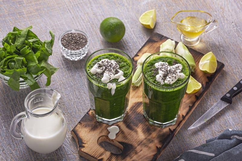 Gezond gewichtsverlies, detox, gemakkelijk, ontbijt, eenvoudige spinazie, boerenkool, voor het drukken geschikte avocado, stock fotografie