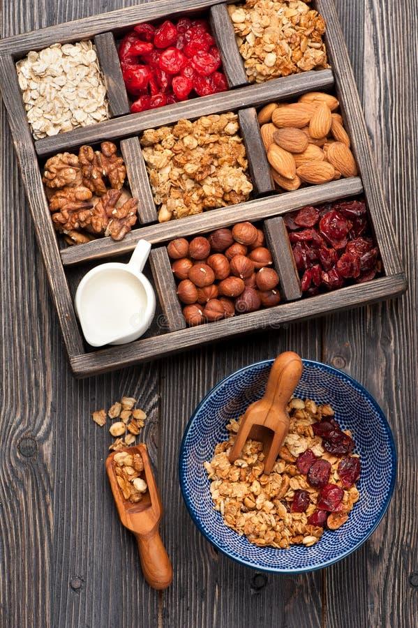 Gezond granolahavermeel van Ontbijtmuesli met noten, melk en droge vruchten Hoogste mening royalty-vrije stock fotografie
