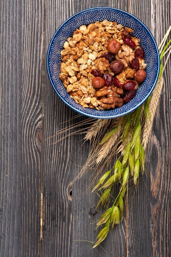 Gezond granolahavermeel van Ontbijtmuesli met noten, melk en droge vruchten Hoogste mening stock afbeeldingen