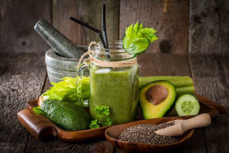 Gezond groen sap smoothie met stro stock foto's