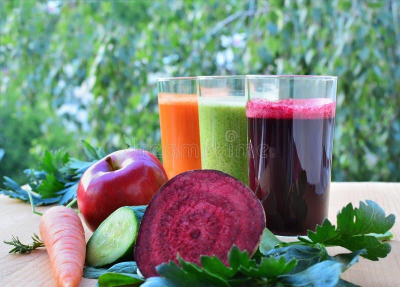 Gezond groente en fruit smoothies en sap stock afbeelding