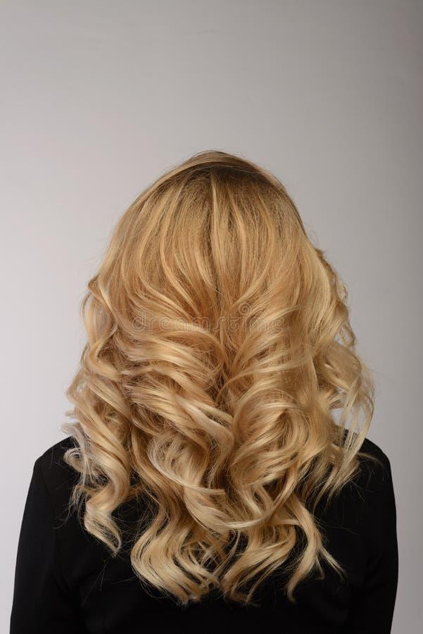 Gezond haar Krullend lang kapsel Achtermening van Blonde haren stock foto's