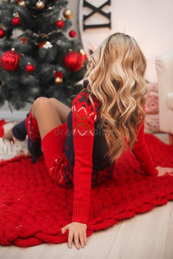 Gezond haar Krullend lang kapsel Het achterportret van meningskerstmis van aantrekkelijke vrouw met krullend kapsel Mooi blond me stock afbeelding