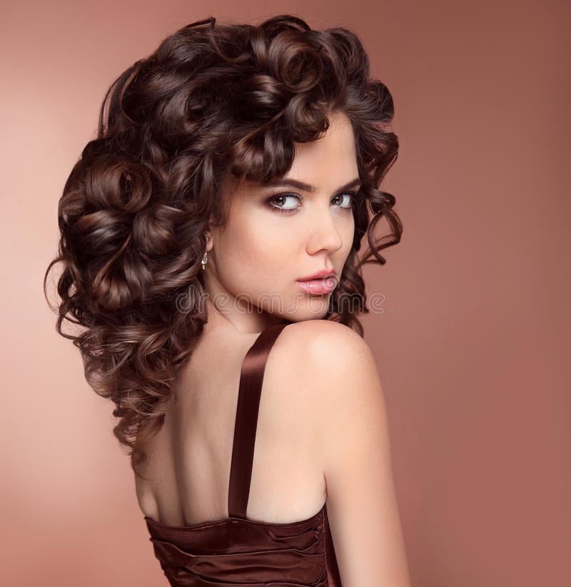 Gezond haar makeup Schoonheids Donkerbruin Portret Aantrekkelijk meisje royalty-vrije stock fotografie