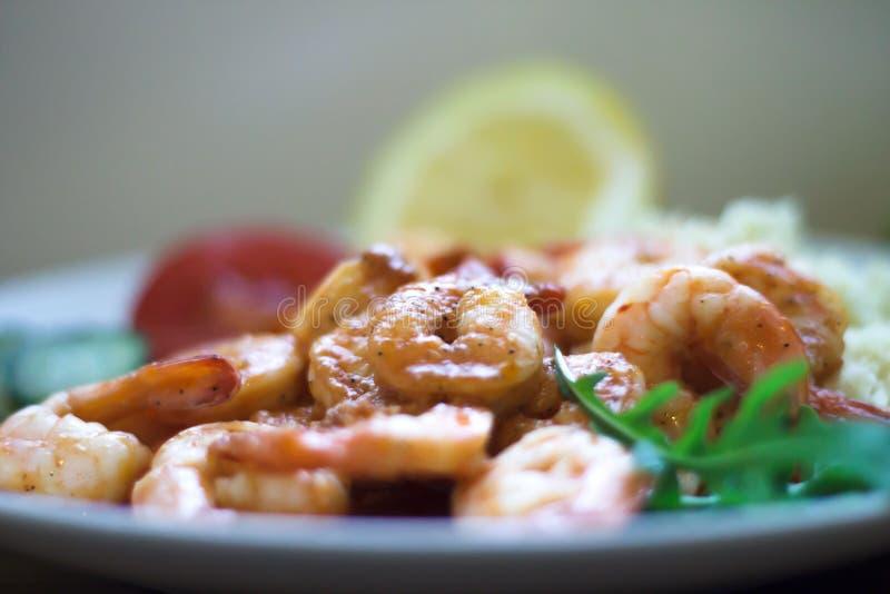 Gezond het Eten Concept Geroosterde garnalen op een plaat stock afbeeldingen