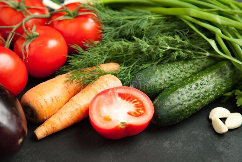 Gezond het Eten Concept Verse groente op houten grijze lijst vers product van de tuin royalty-vrije stock foto's