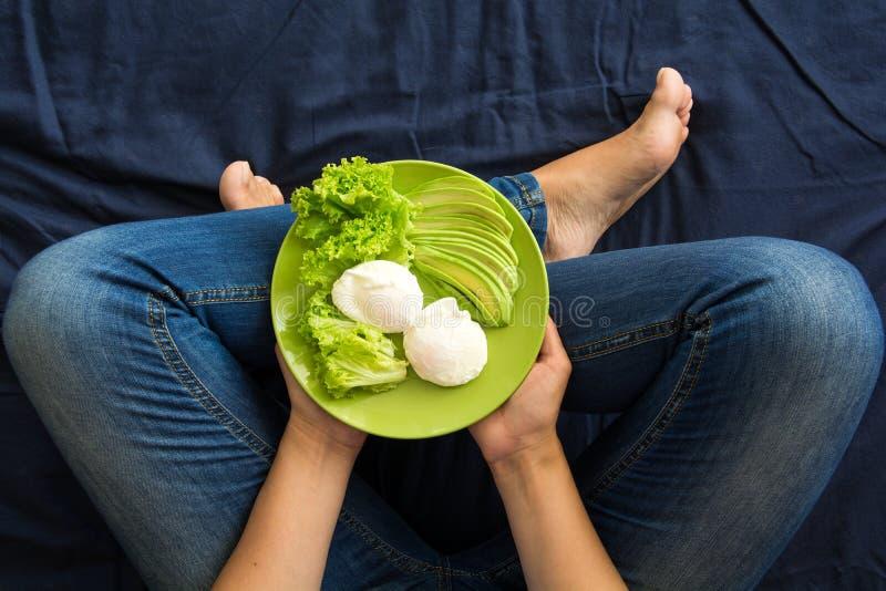 Gezond het Eten Concept Vrouwen` s handen die plaat met sla, avocadoplakken en gestroopte eieren houden royalty-vrije stock foto's