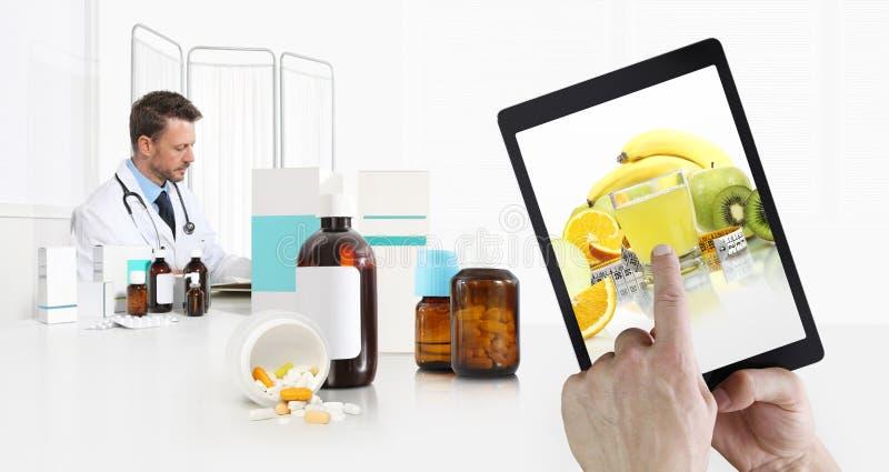 Gezond het eten en dieetconcept, hand die vruchten op het digitale tabletscherm richten, arts in medisch bureau met pillen, fles stock foto's