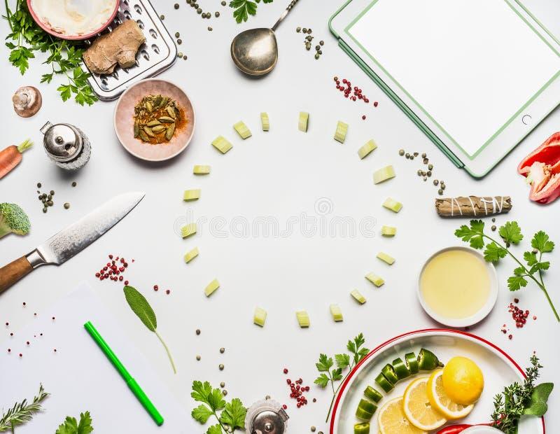 Gezond het eten ingrediëntenkader met tablet en exemplaar ruimte, leeg document met puntpen op witte bureauachtergrond, hoogste m stock afbeeldingen