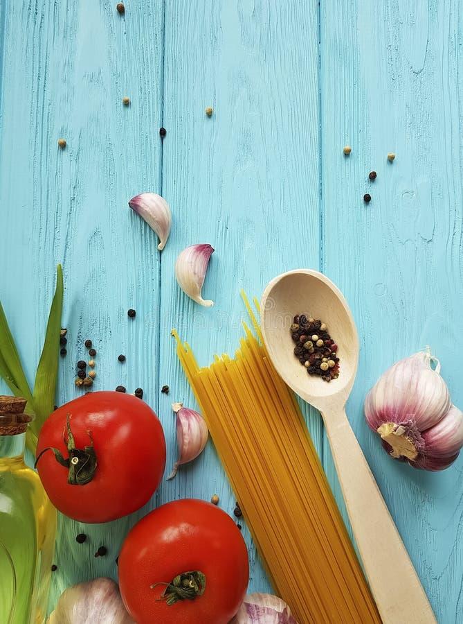 Gezond het voedselmenu van de spaghettiolie, de zwarte peper van de knoflooktomaat op een houten blauw royalty-vrije stock fotografie